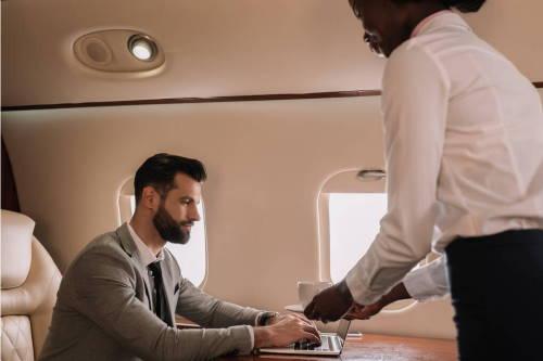 auxiliar de vuelo atendiendo pasajeros