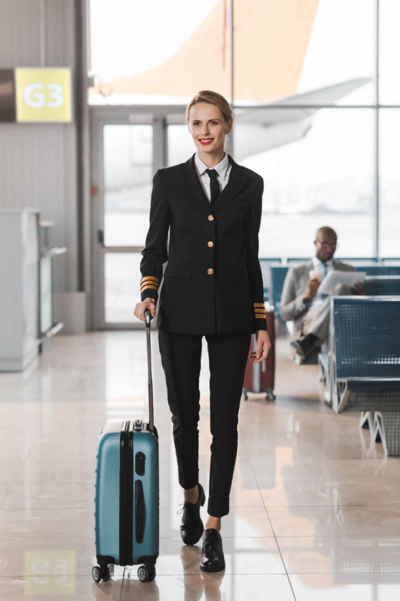 azafata de vuelo en el aeropuerto
